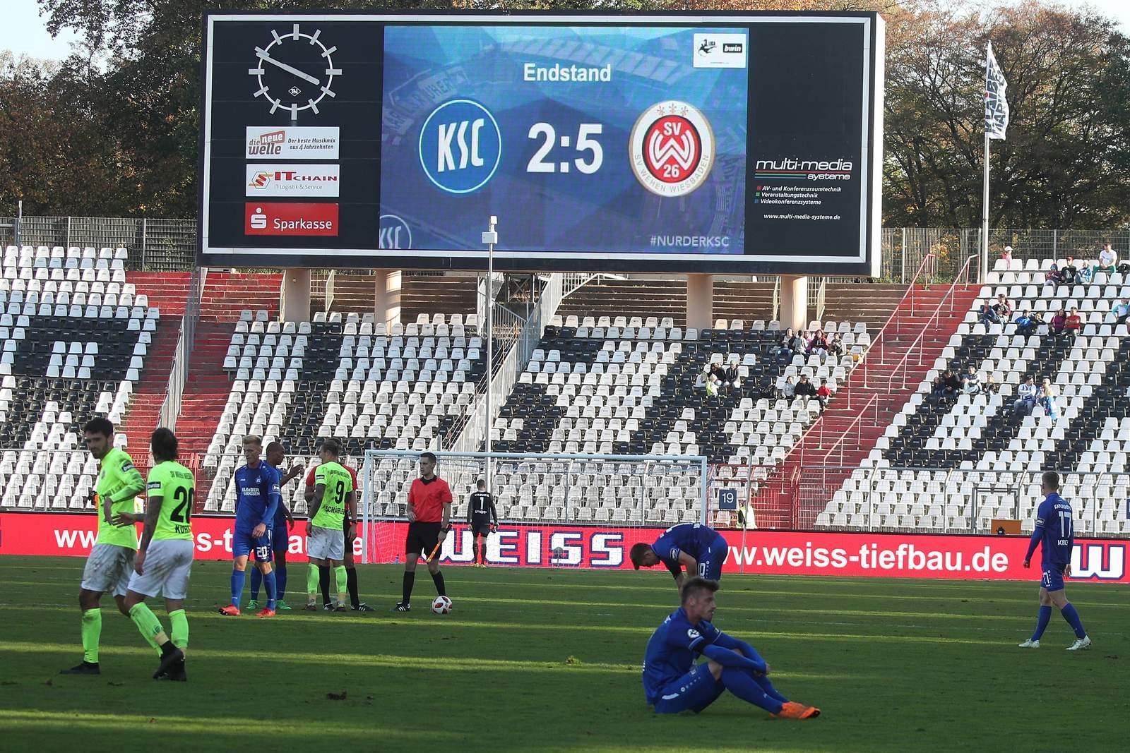 Der KSC musste sich zu Hause gegen Wehen Wiesbaden mit 2:5 geschlagen geben.