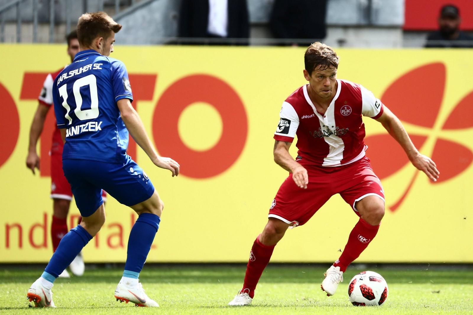 Mads Albaek vom 1. FCK gegen Marvin Wanitzek vom KSC