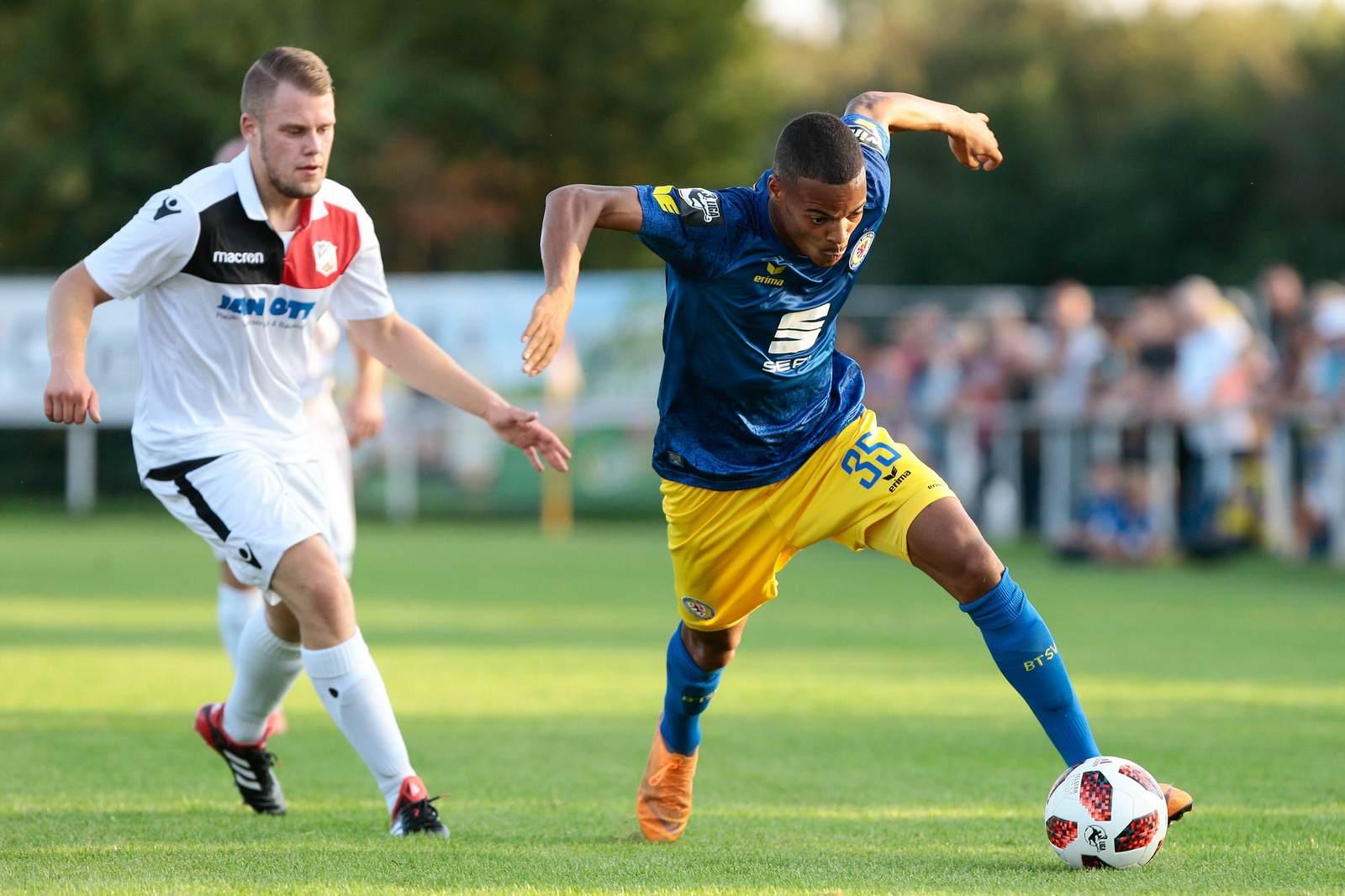 Ayodele Adetula am Ball für Eintracht Braunschweig