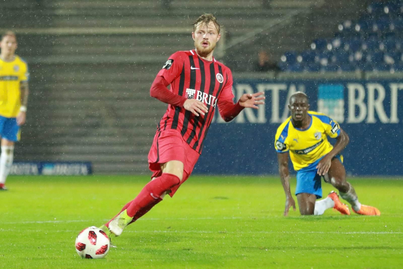 Marcel Titsch Rivero am Ball für den SV Wehen Wiesbaden