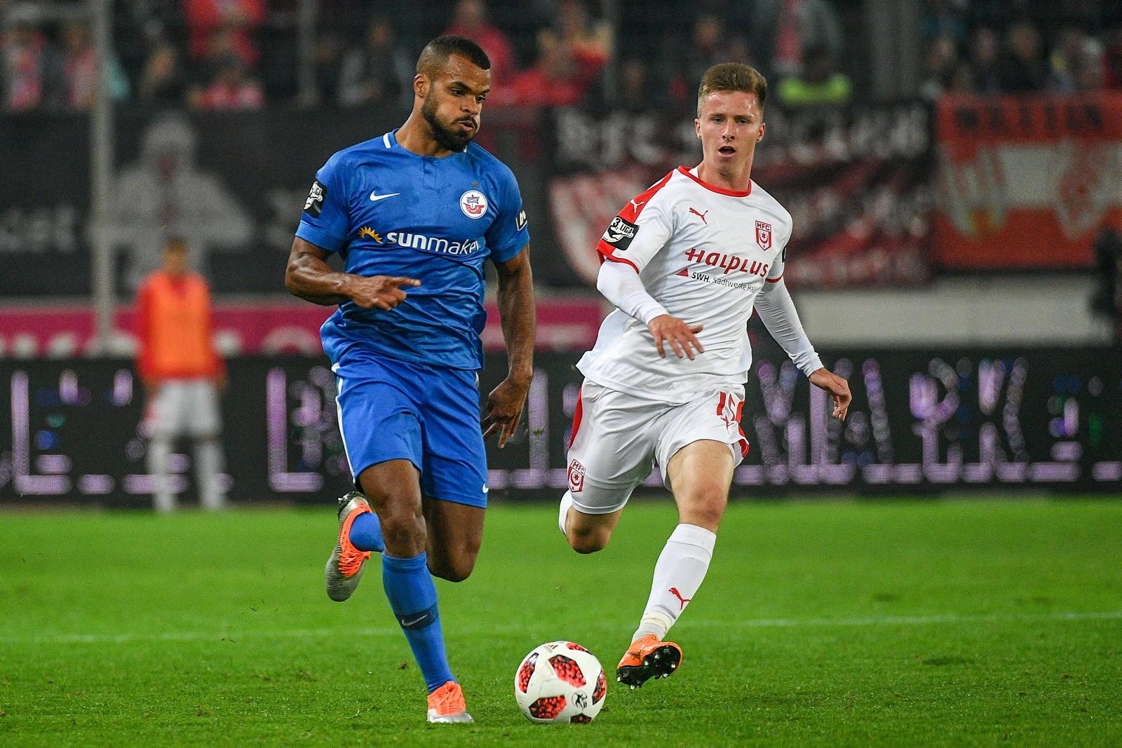 Phil Ofosu-Ayeh am Ball für Hansa Rostock
