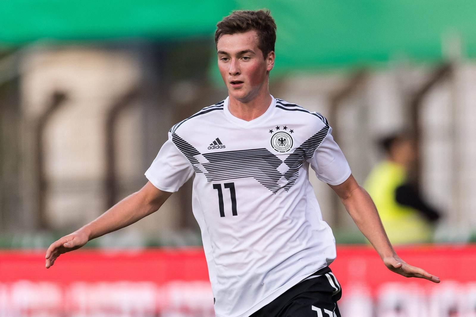 Yari Otto am Ball für die deutsche U20-Nationalmannschaft