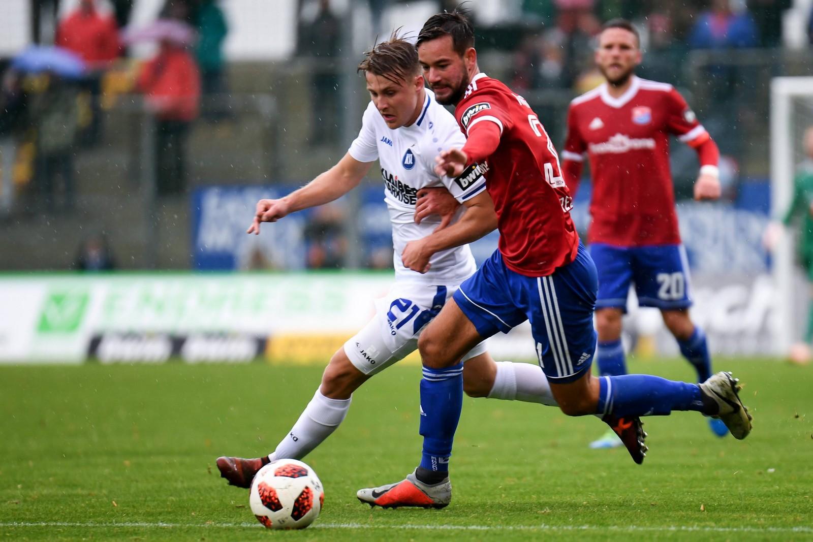 Orestis Kiomourtzoglou im Laufduell mit Karlsruhes Marco Thiede.