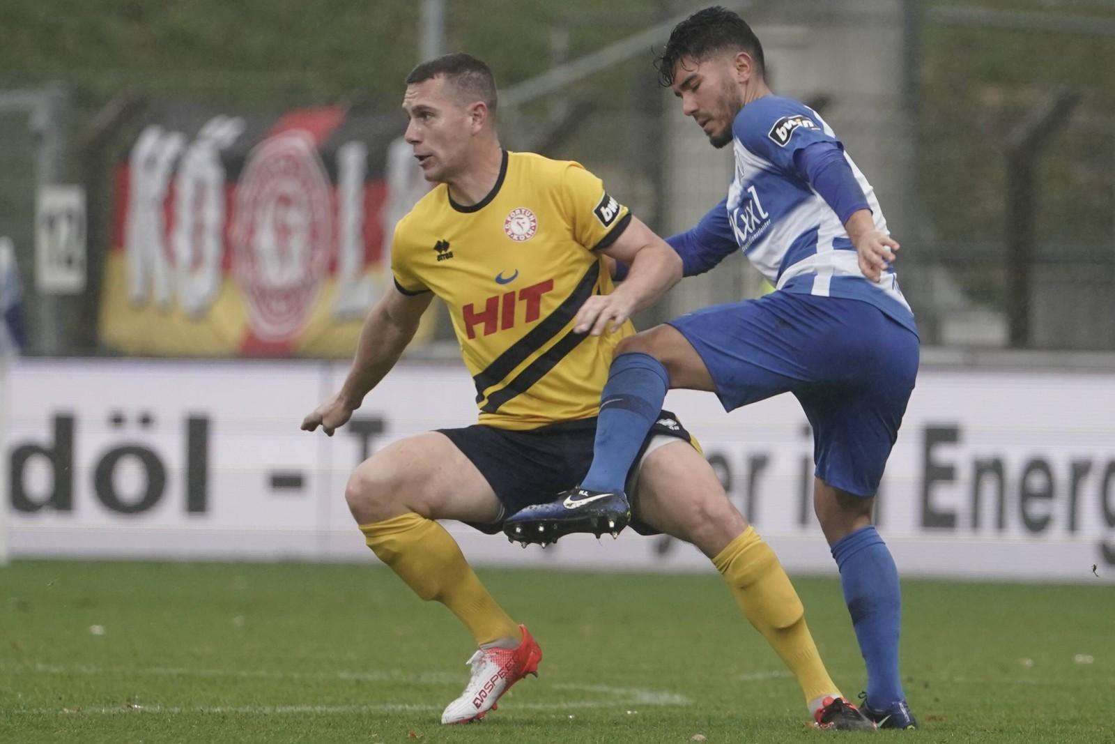 Thomas Bröker von Fortuna Köln gegen Hassan Amin vom SV Meppen