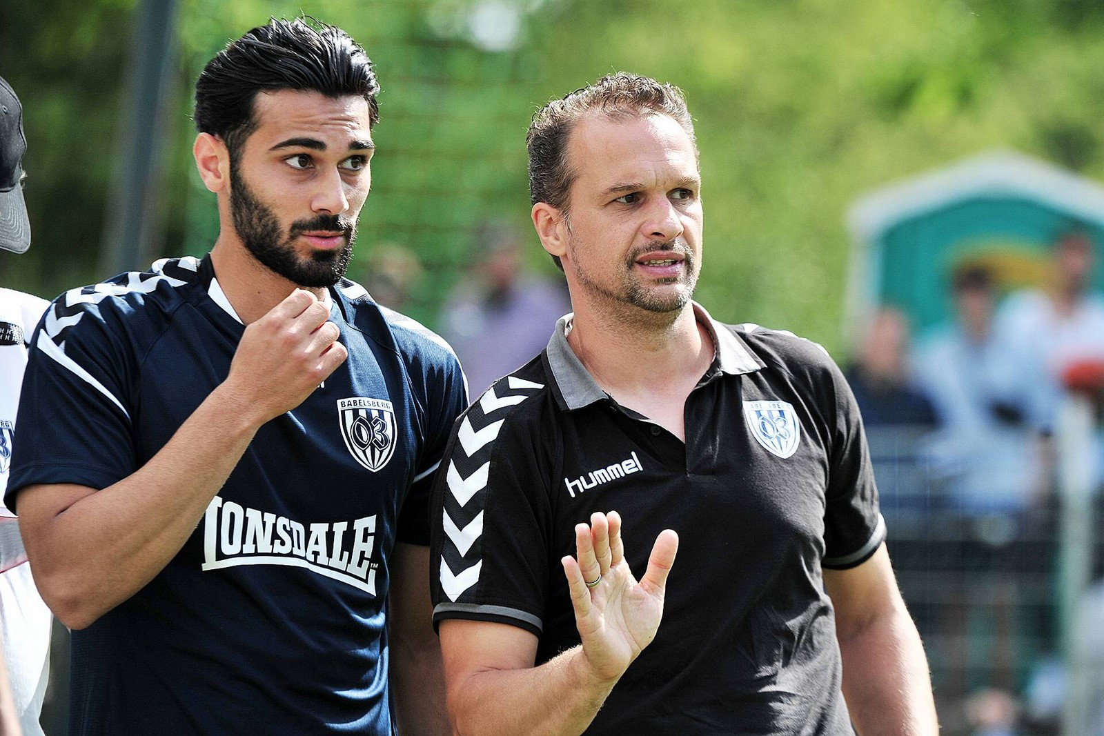Babelsberg-Trainer Almedic Civa (r.) im Gespräch mit seinem Angreifer Abdulkadir Beyazit.