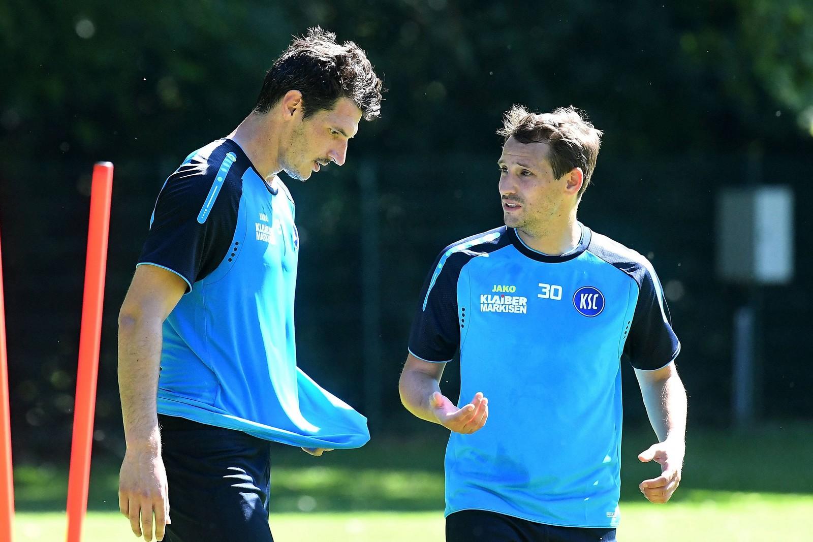 Anton Fink (r.) tauscht sich im Training mit Dominik Stroh-Engel aus.