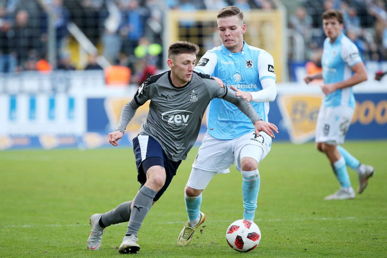 Christian Bickel im Zweikampf mit Daniel Wein.