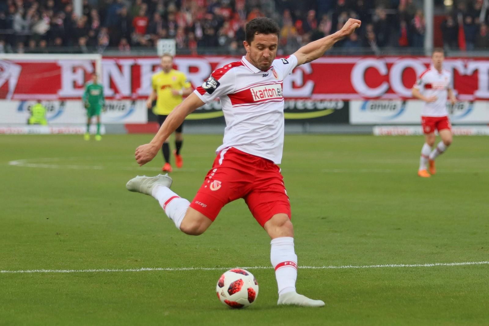 Dimitar Rangelov zieht im Spiel gegen Uerdingen ab.
