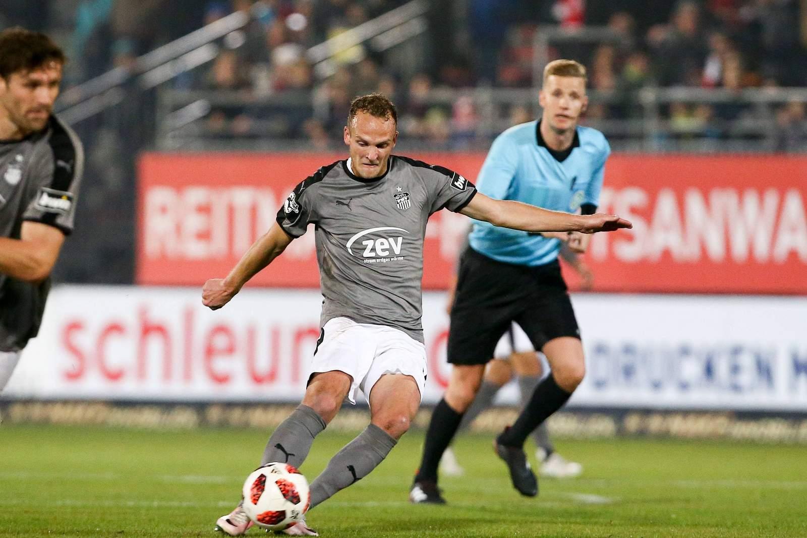 Julius Reinhardt erzielt ein Tor beim Spiel vom FSV Zwickau in Würzburg