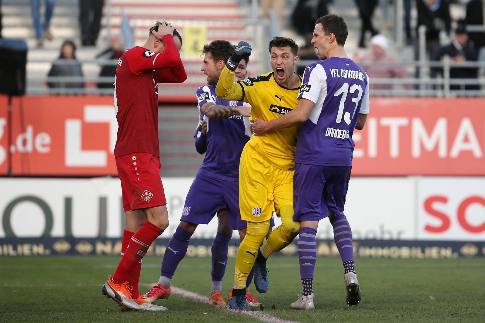 Nils Körber bejubelt einen parierten Elfmeter gegen Würzburg.