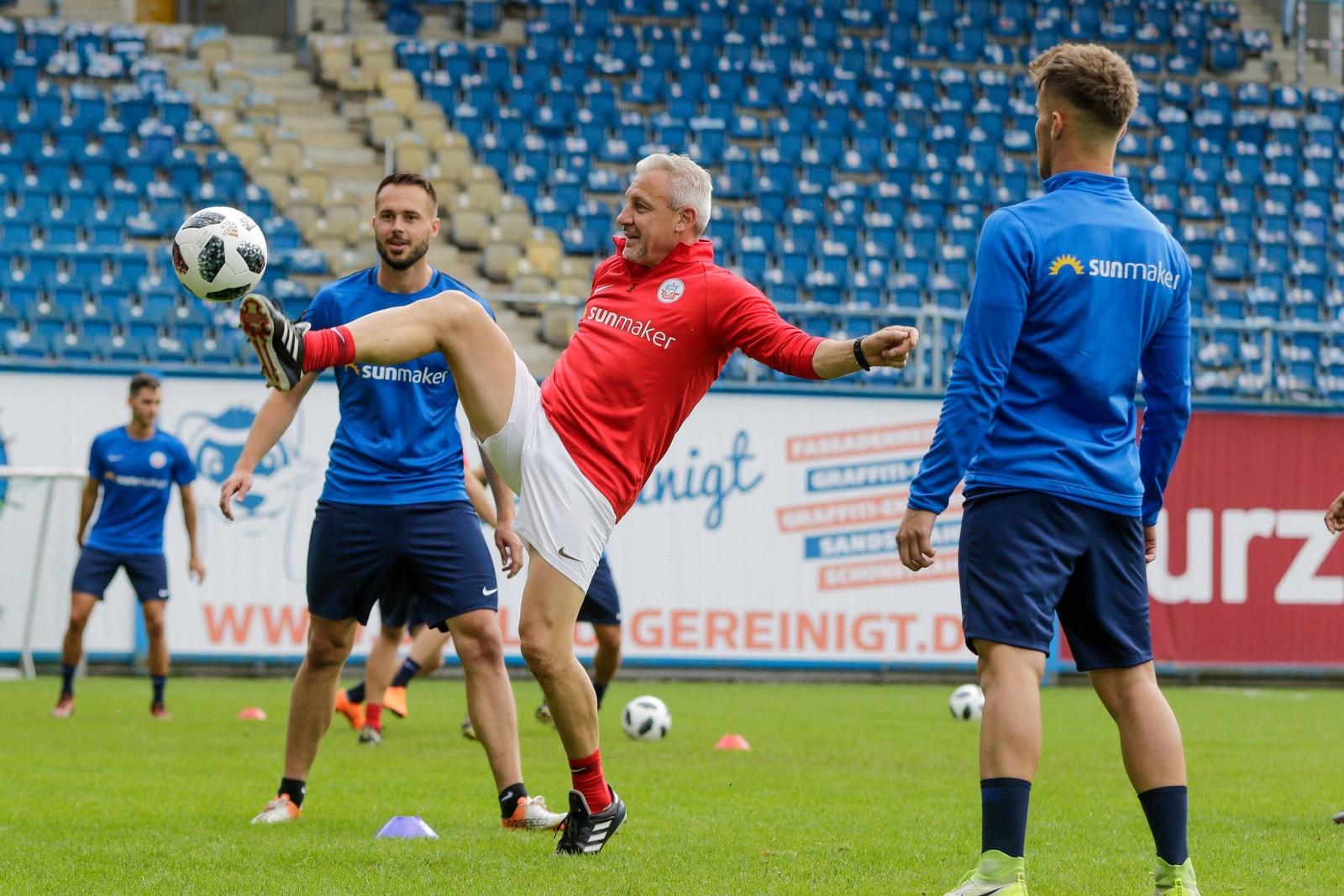 Pavel Dotchev kickt im Training mit.