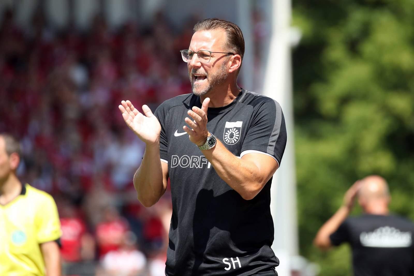 Sascha Hildmann bei Spiel Großaspach vs FCK