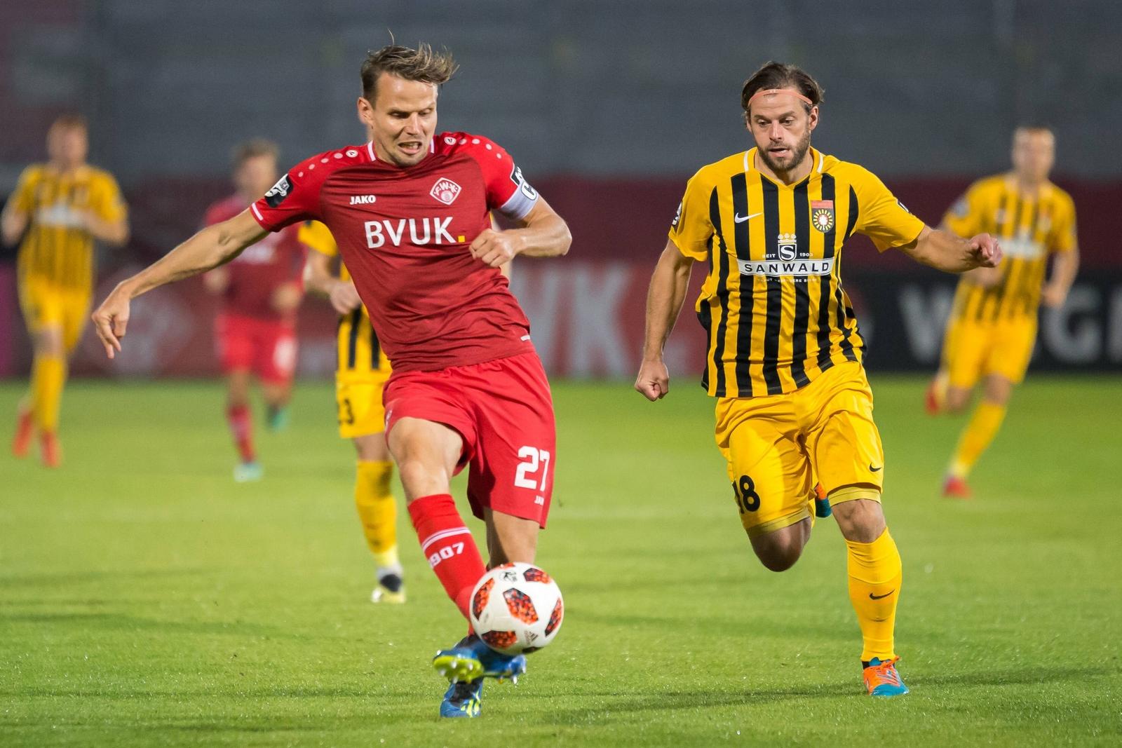 Sebastian Schuppan von den Würzburger Kickers gegen Timo Röttger von Großaspach