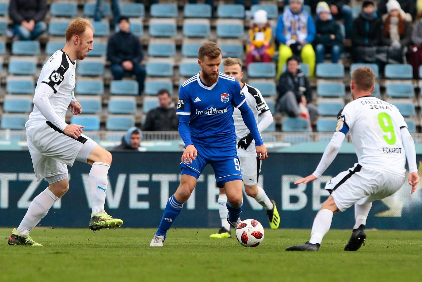Stephan Aigner im Duell mit drei Gegenspielern.