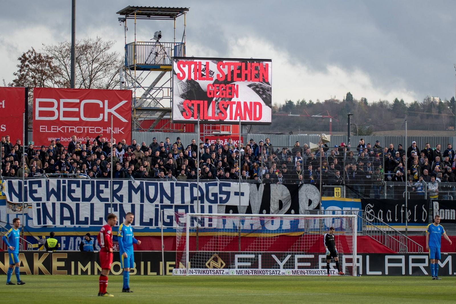 In allen Stadien standen die Spieler am 17. Spieltag eine Minute lang still.