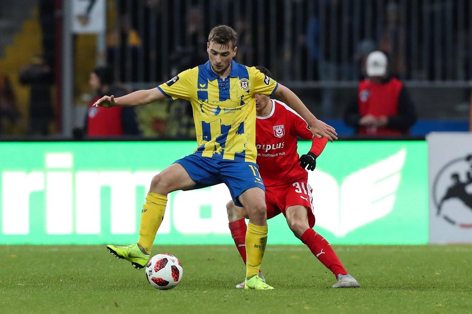 Yari Otto schirmt den Ball vor Niklas Landgraf ab.