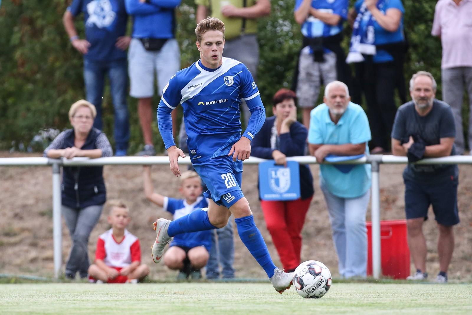 Joel Abu Hanna am Ball für den 1. FC Magdeburg