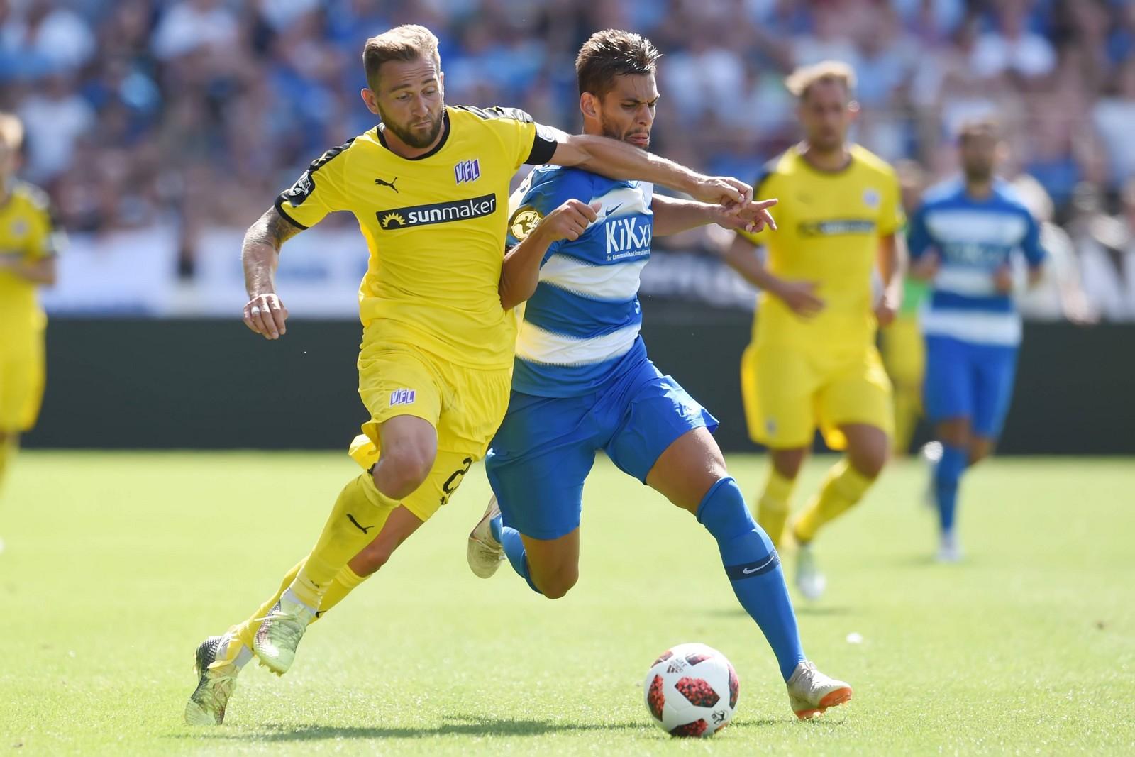 Marc Heider vom VfL Osnabrück im Zweikamof mit Meppens Luka Tankulic