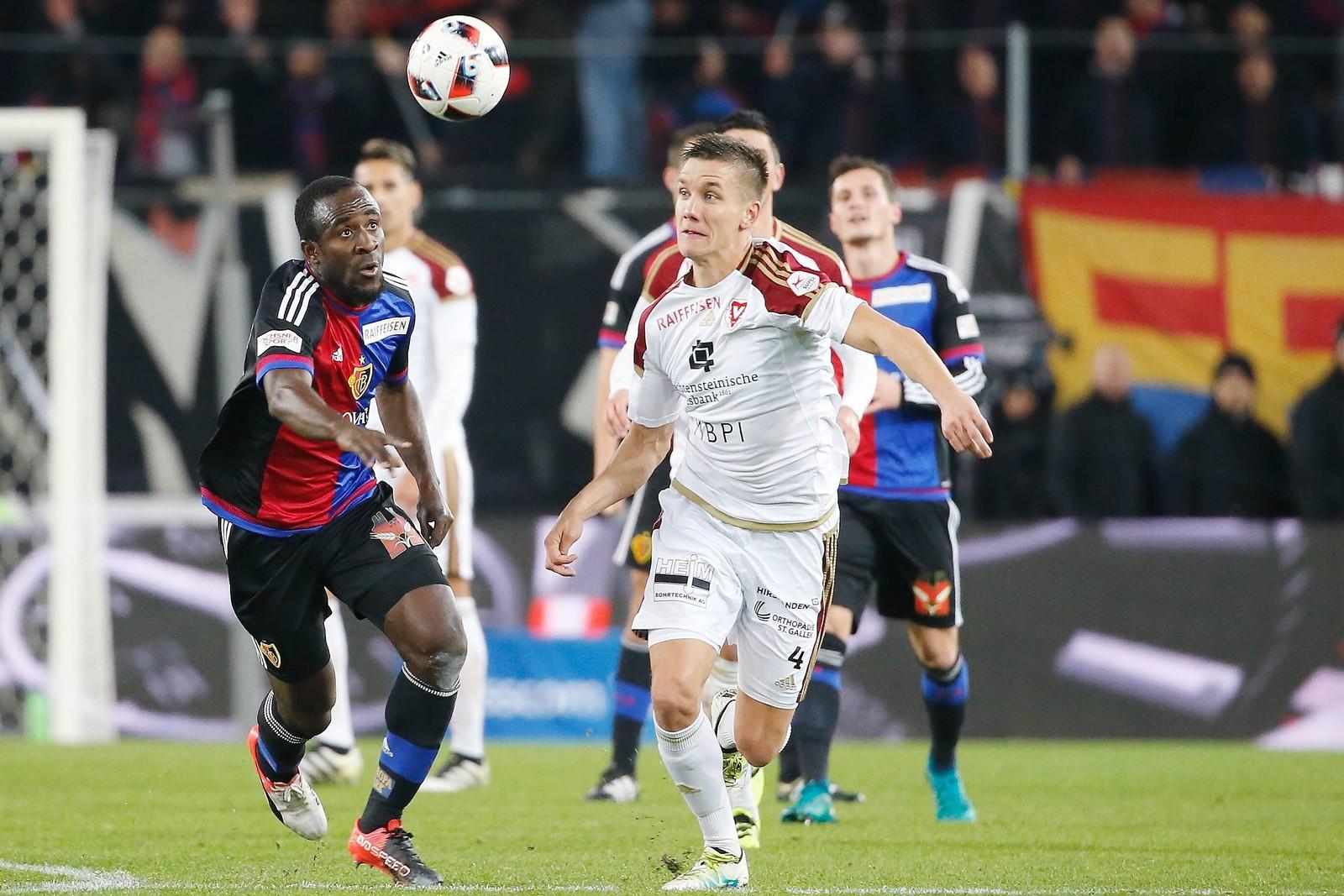 Thomas Konrad beim FC Vaduz gegen Seydou Doumbia vom FC Basel