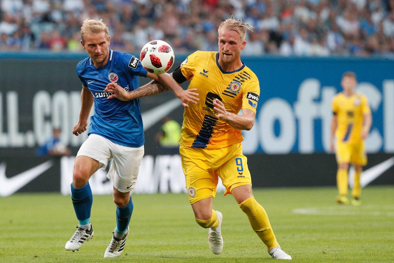 Stefan Wannenwetsch von Hansa Rostock gegen Philipp Hofmann von Eintracht Braunschweig