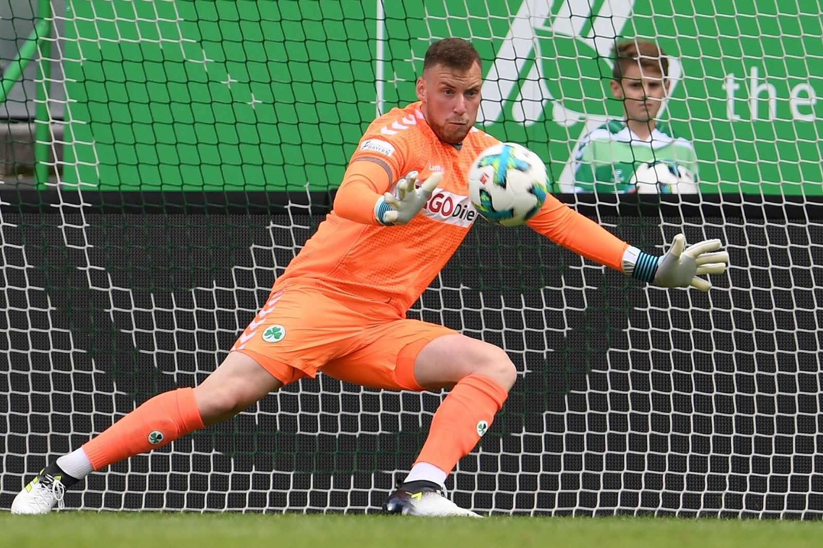 Timo Königsmann hält den Ball für Greuther Fürth