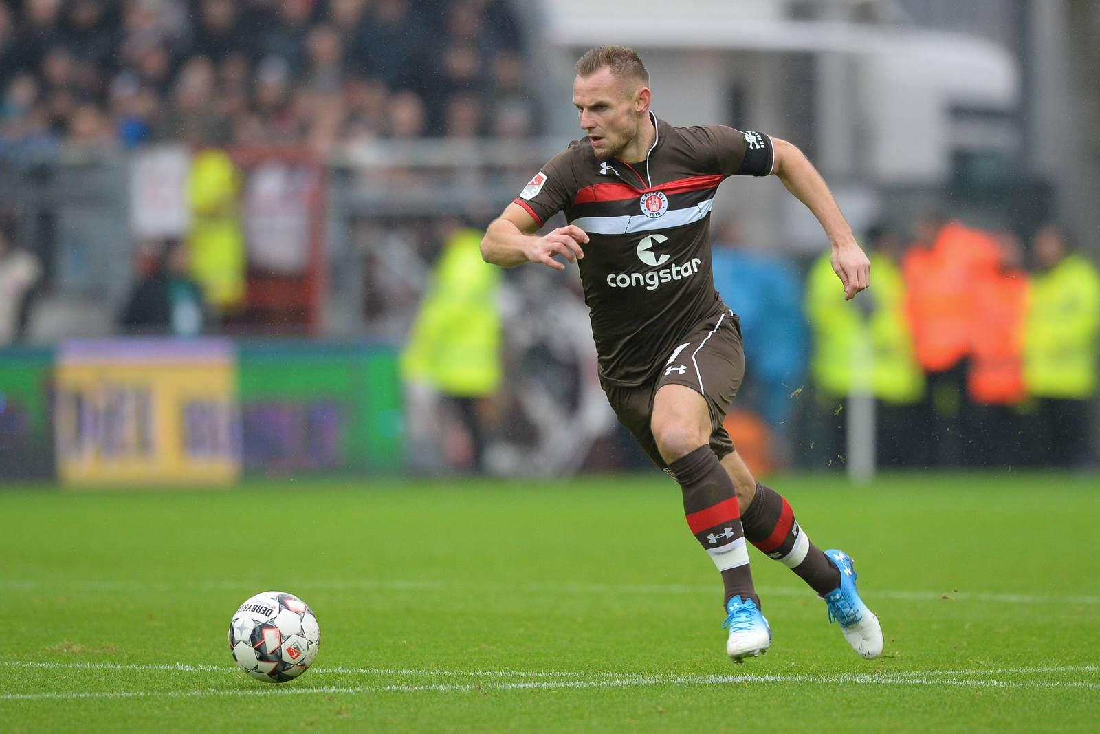 Bernd Nehrig am Ball für den FC St Pauli