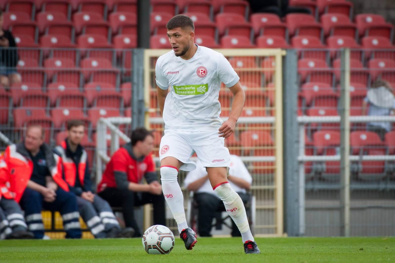 Gökhan Gül am Ball für Fortuna Düsseldorf