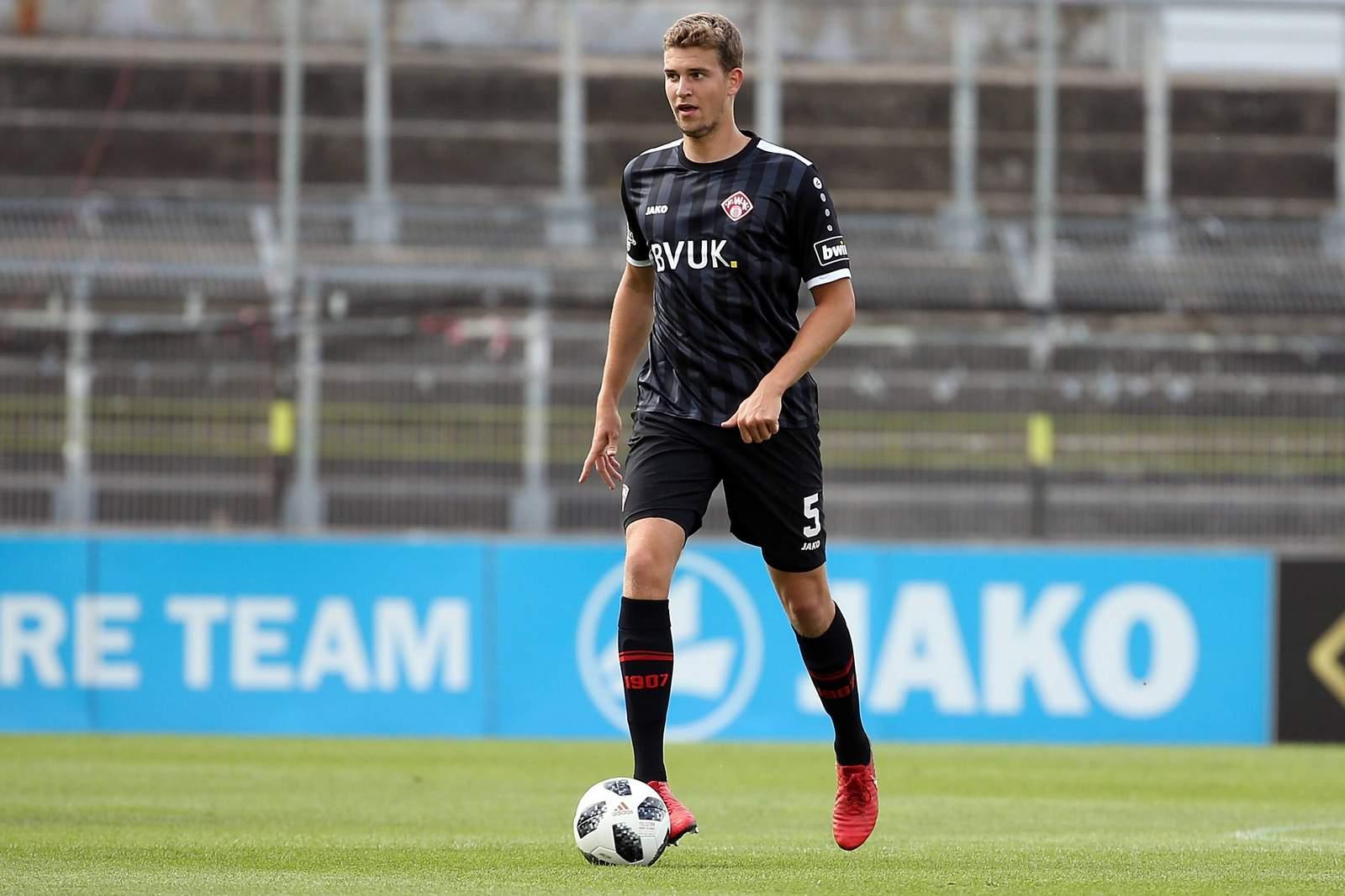 Hendrik Hansen von den Würzburger Kickers am Ball