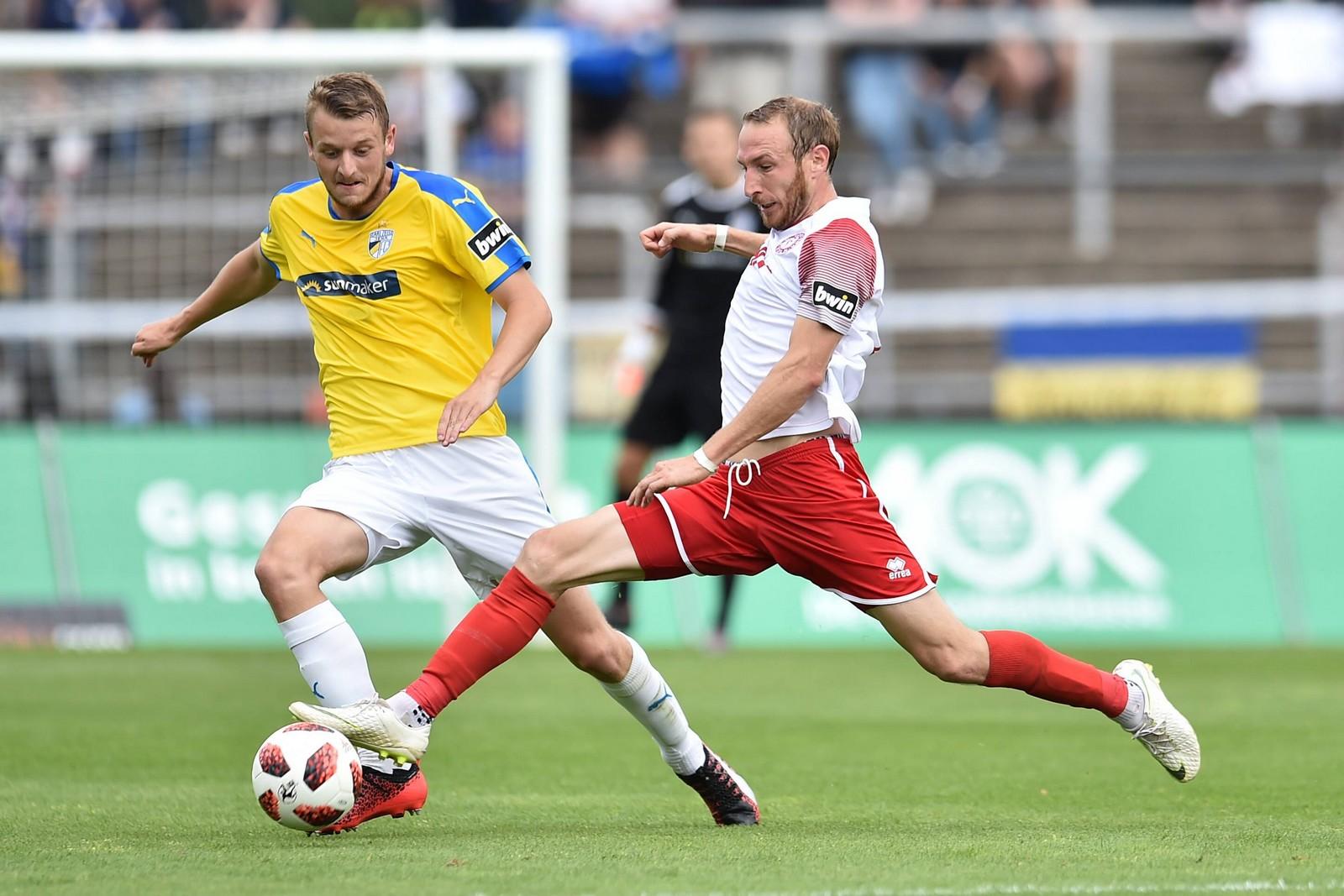 Moritz Hartmann (r.) ist vor Marius Grösch am Ball.