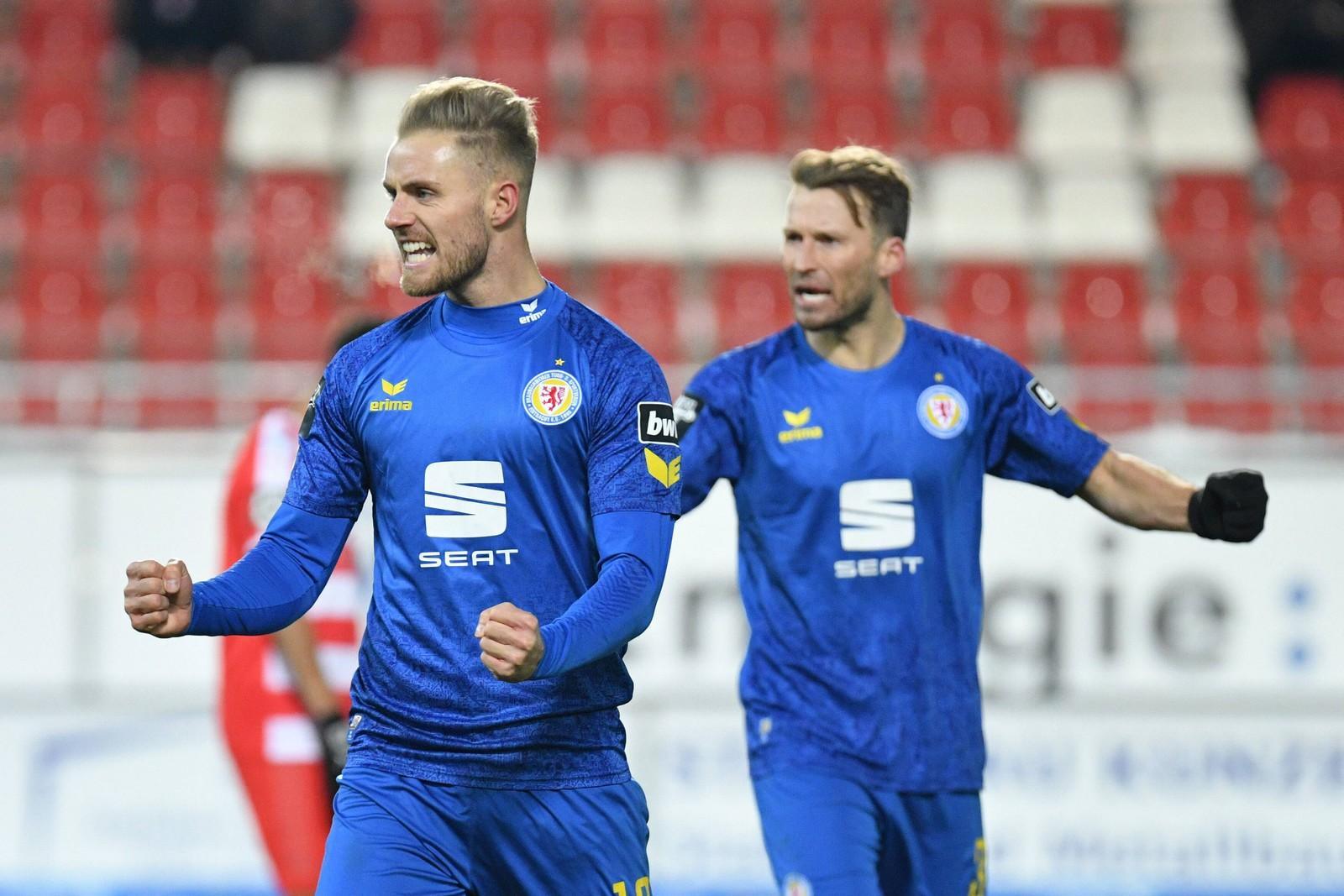 Felix Burmeister und Marc Pfitzner von Eintracht Braunschweig jubeln