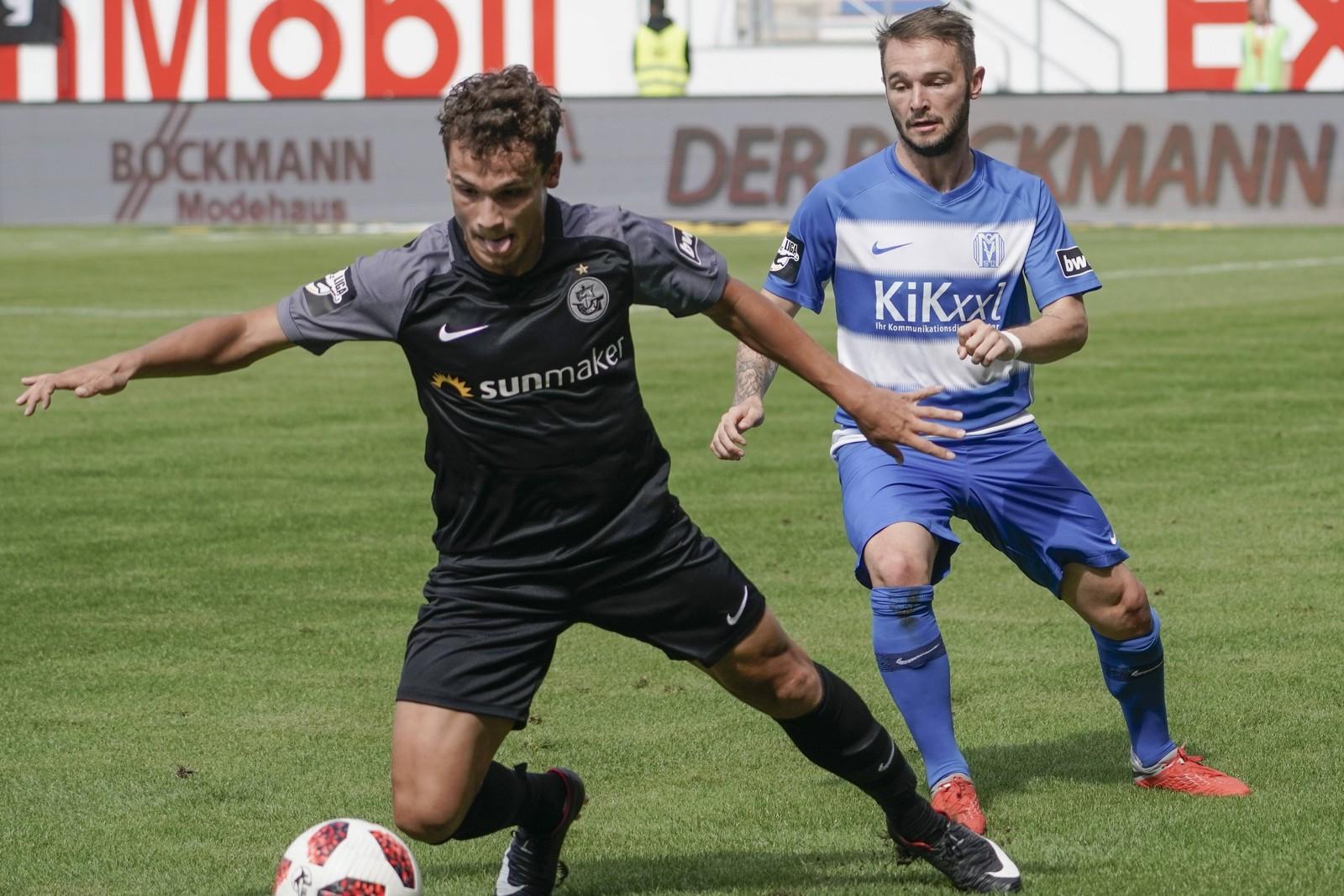 Lukas Scherff von Hansa gegen Marius Kleinsorge vom SV Meppen