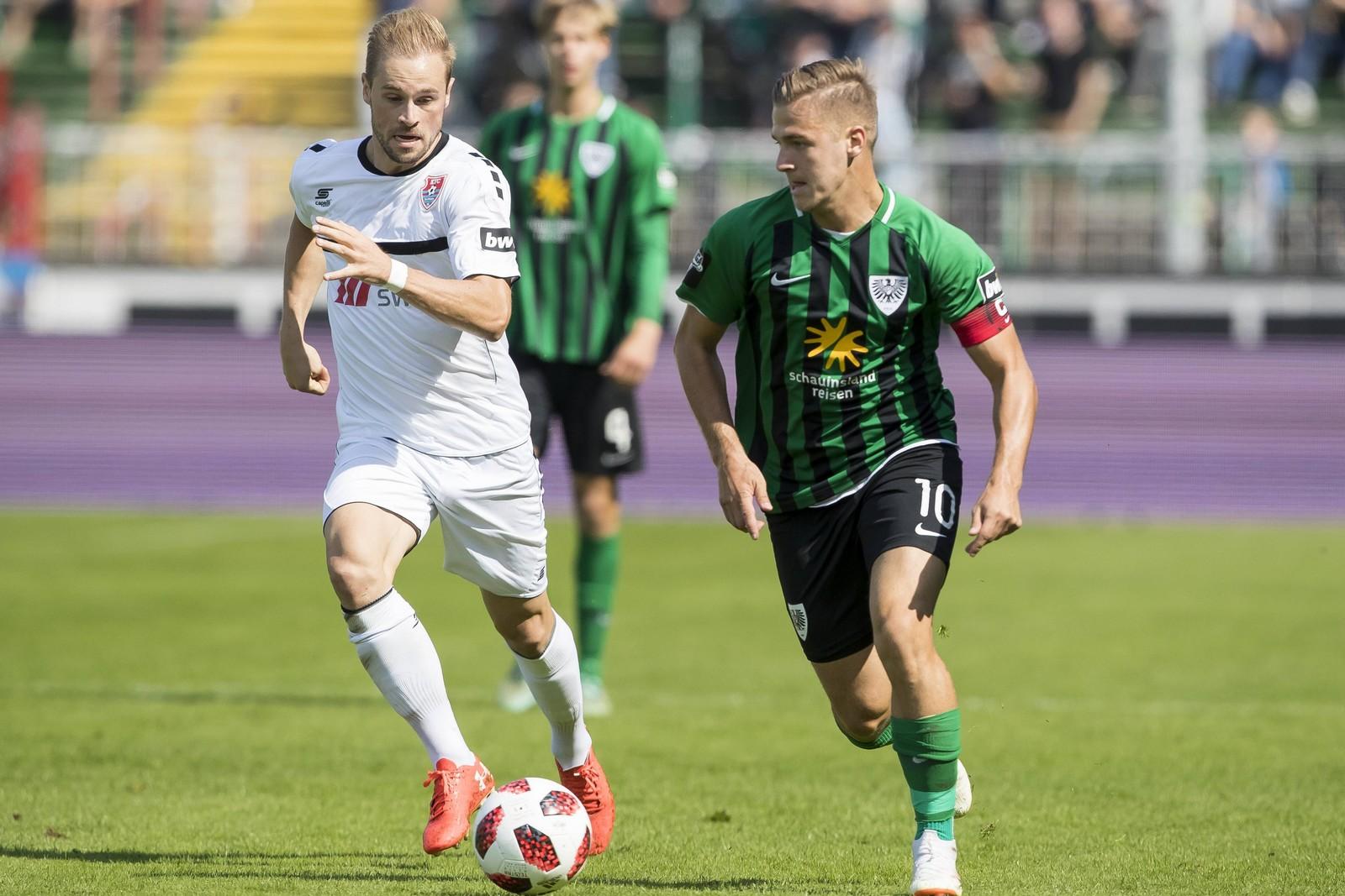Maximilian Besiter vom KFC Uerdingen gegen Martin Kobylanski von Preußen Münster