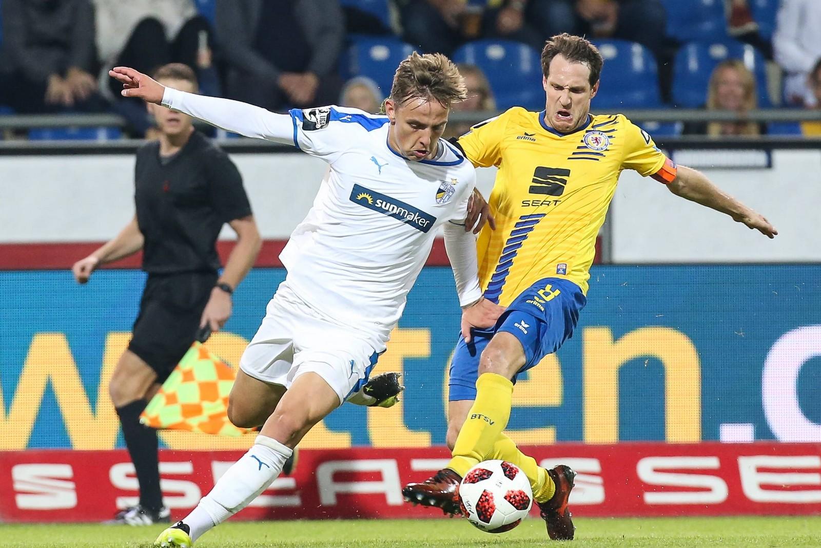 Phillip Tietz von Carl Zeiss Jena gegen Stephan Fürstner von Eintracht Braunschweig