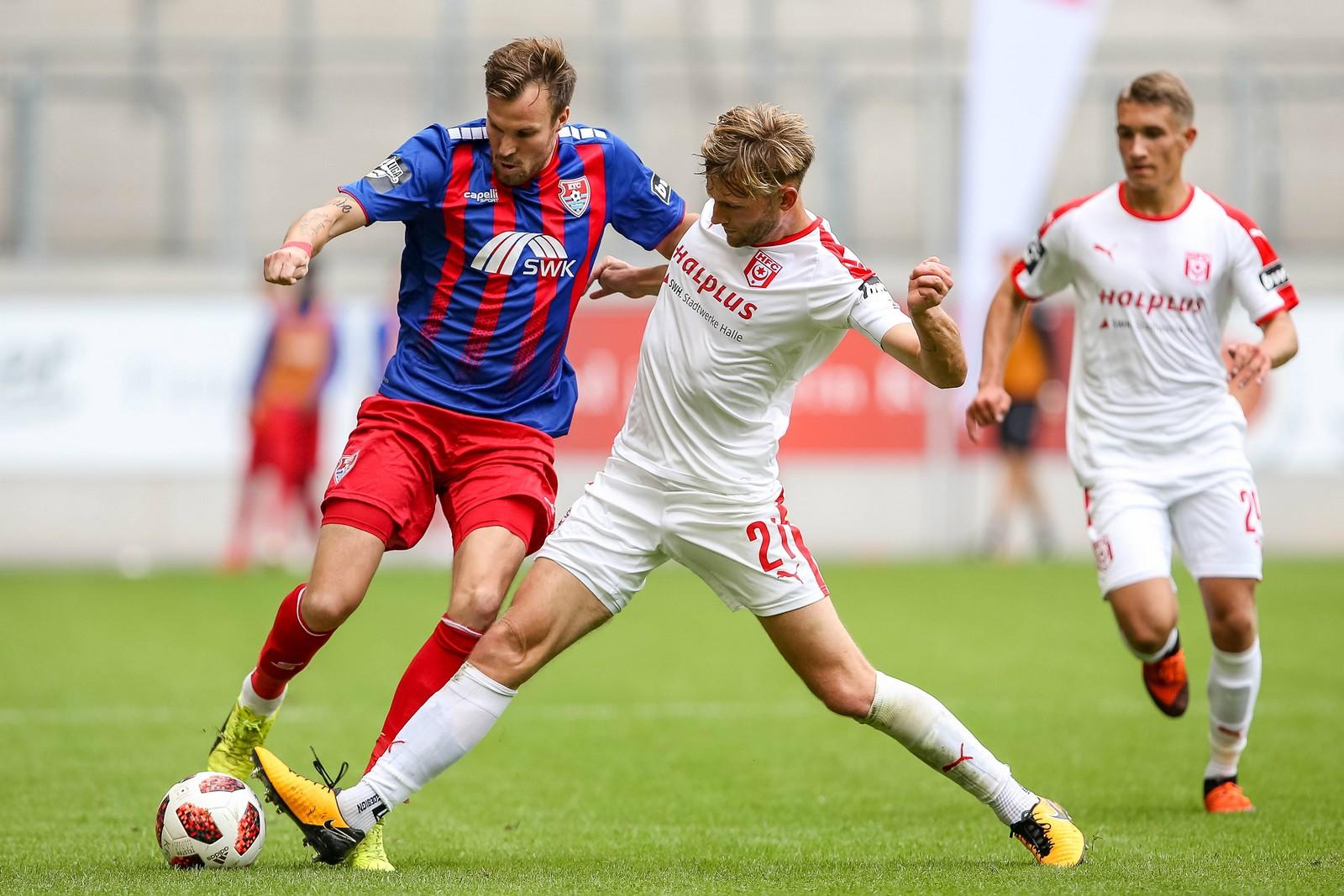 Kevin Großkreutz vom KFC Uerdingen (r.) gegen Halles Jan Washausen.