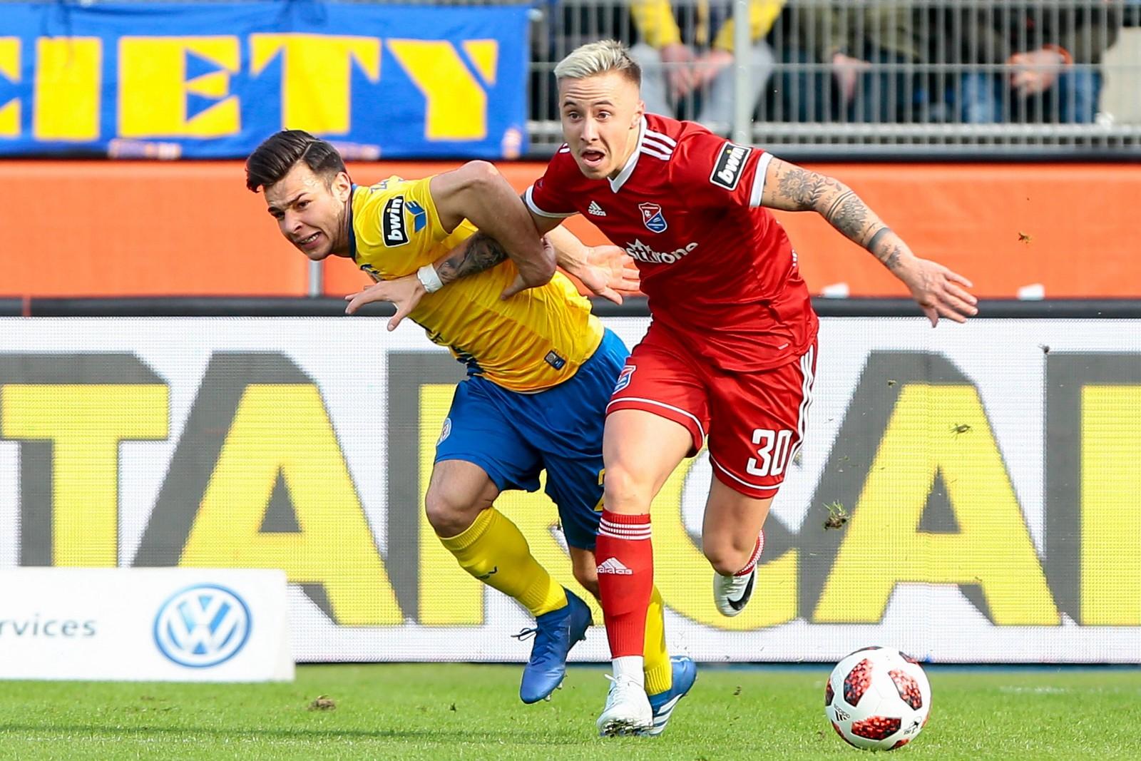 Luca Marseiler (r.) im Spiel Unterhaching gegen Braunschweig.