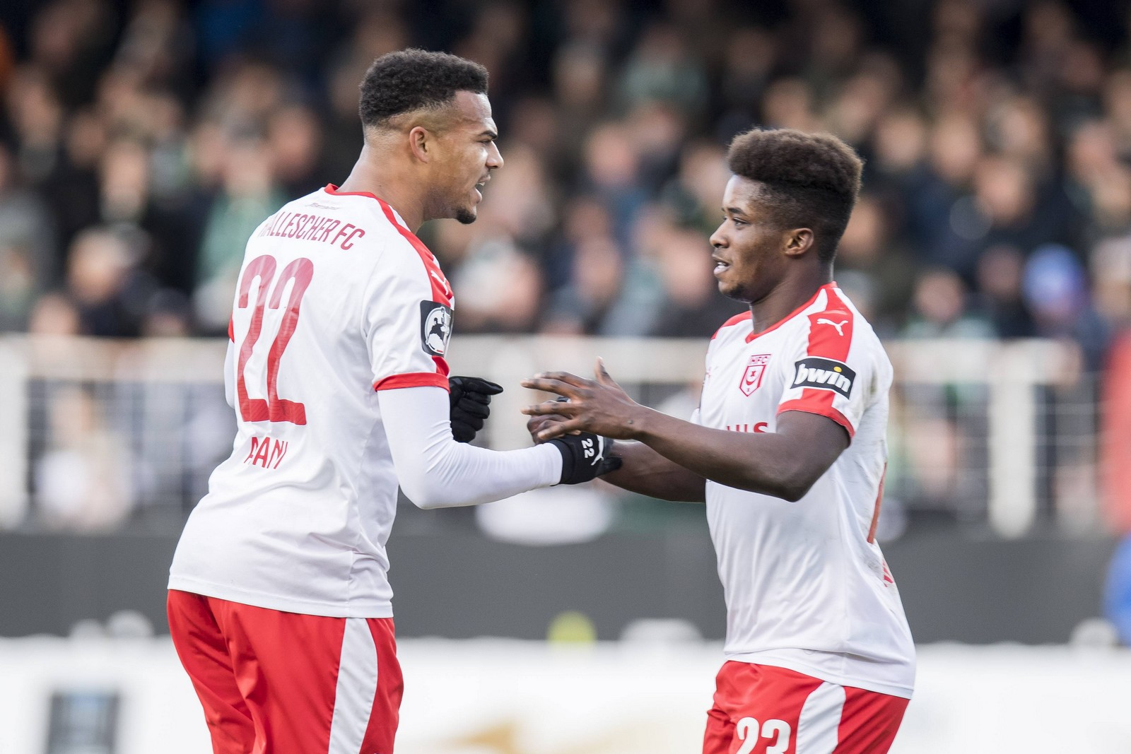 Marvin Ajani (l.) und Braydon Manu jubeln gegen Münster.