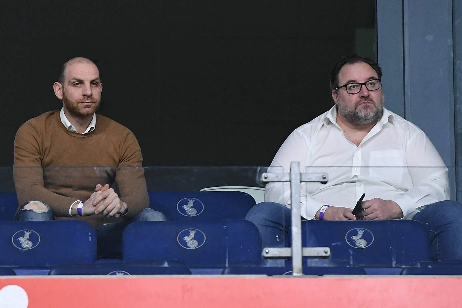 Nikolas Weinhart (l.) und Mikhail Ponomarev verfolgen das Heimspiel gegen Münster.