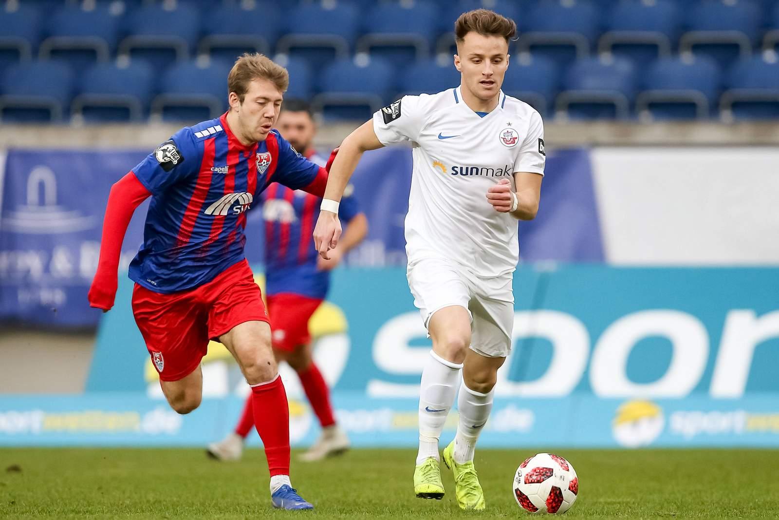 Mirnes Pepic vom FC Hansa gegen Connor Krempicki vom KFC Uerdingen
