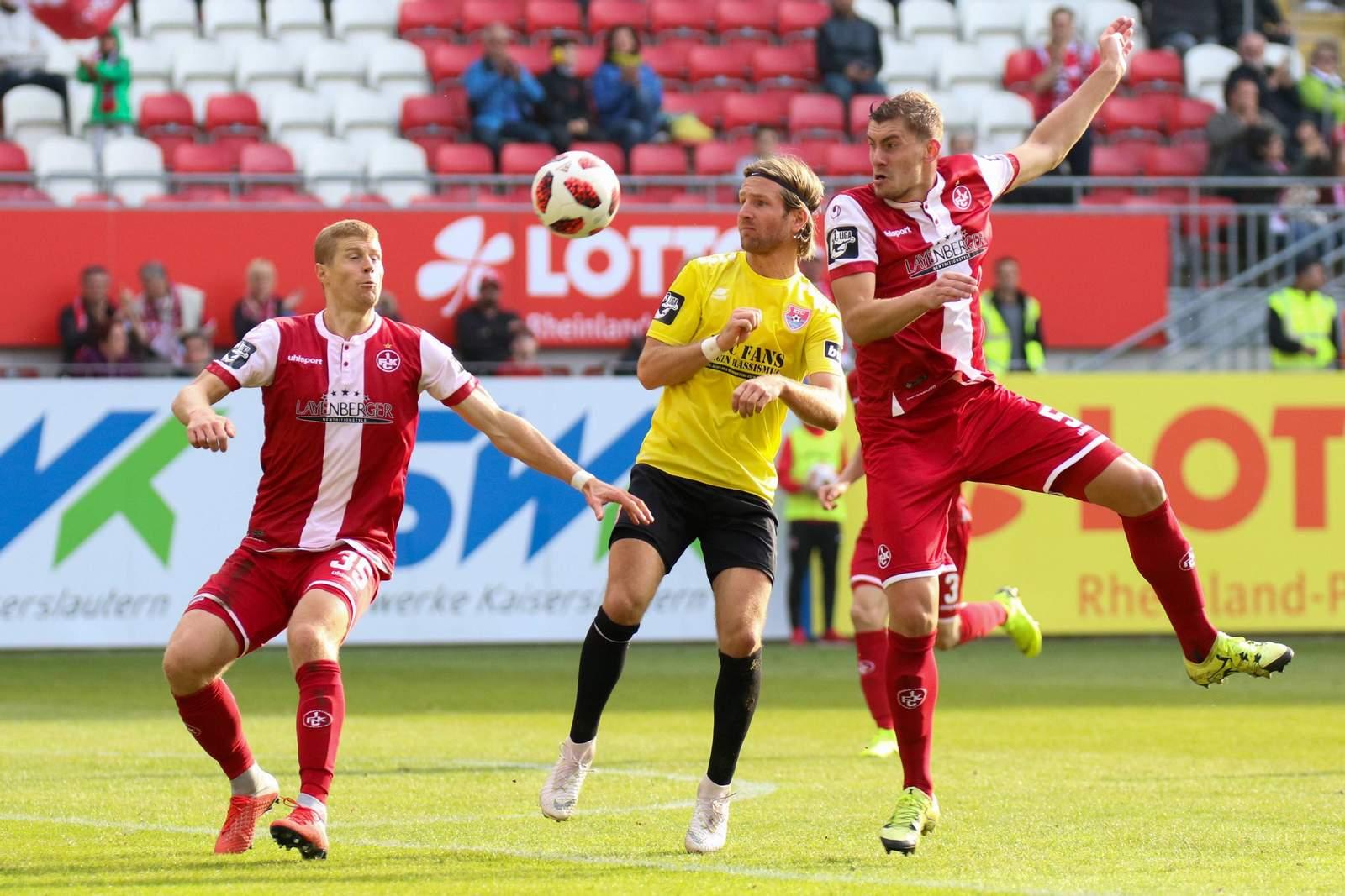 Kevin Kraus (r.) und Andre Hainault (l.) vom 1. FC Kaiserslautern gegen Stefan Aigner vom KFC Uerdingen.