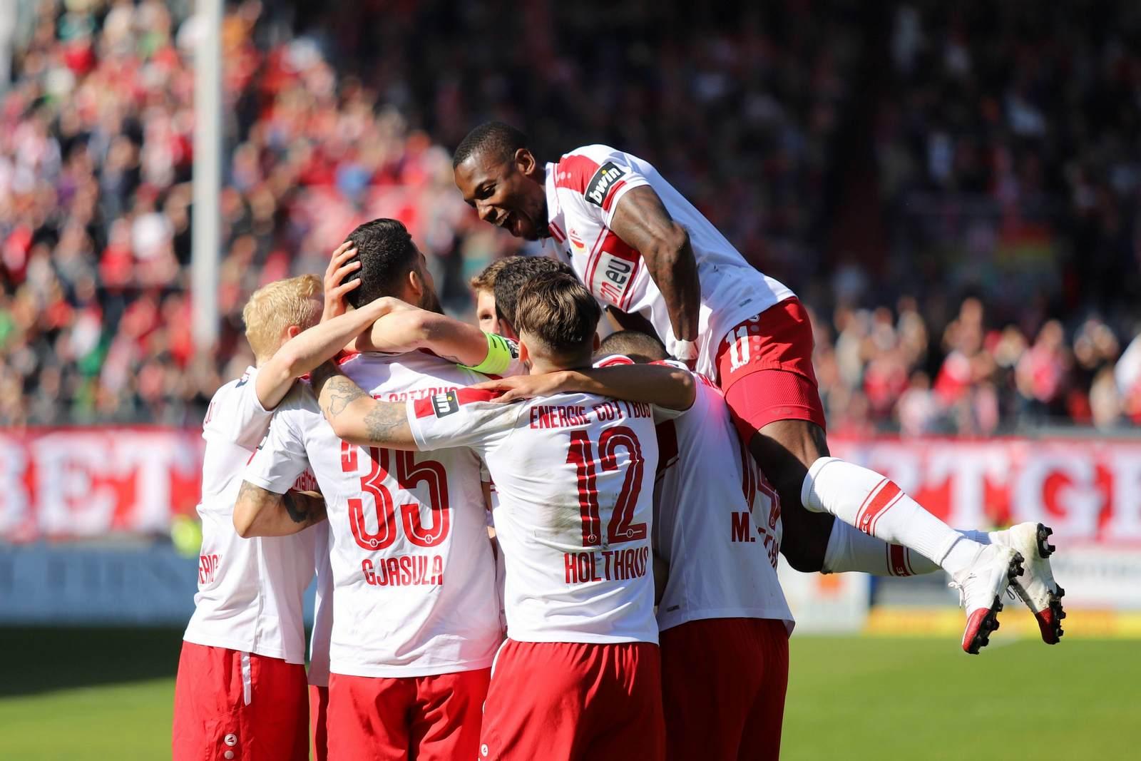 Jubeltraube des FC Energie Cottbus in der Partie gegen Fortuna Köln