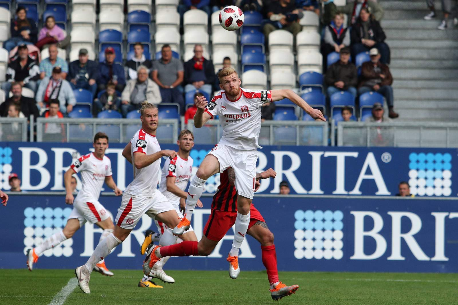 Mathias Fetsch vom HFC beim Kopfball gegen Wehen Wiesbaden