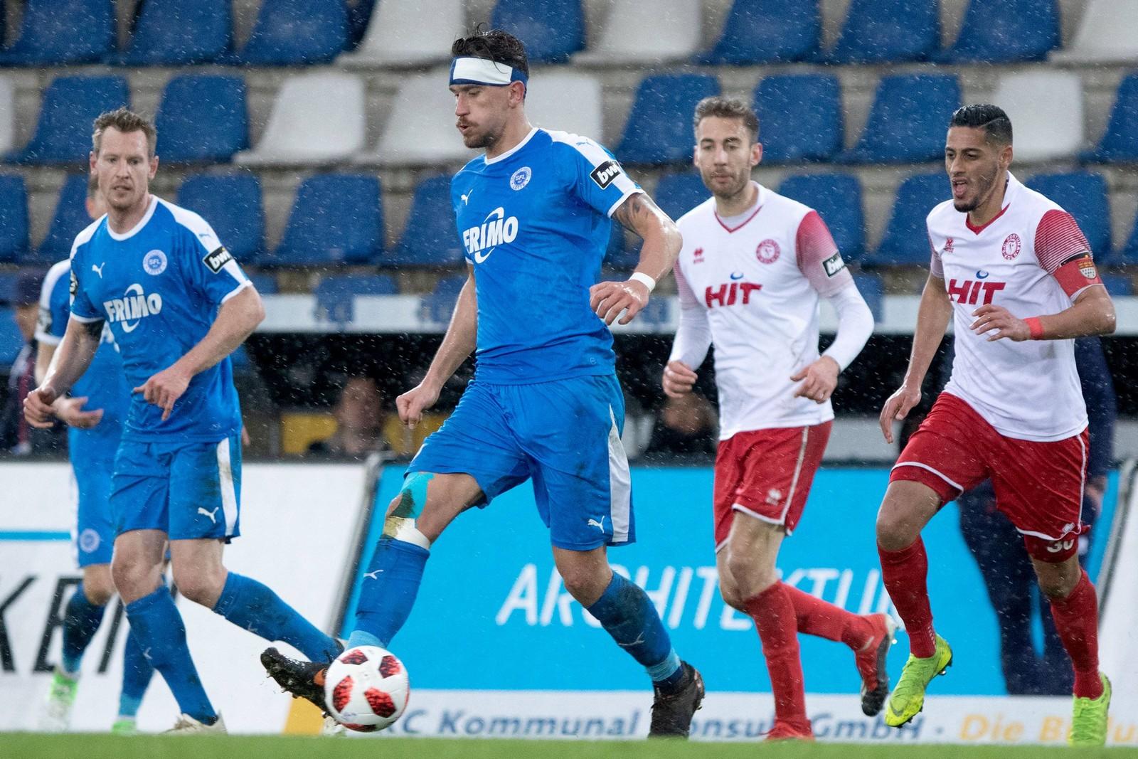 Matthias Rahn (m.) im Spiel gegen Fortuna Köln.