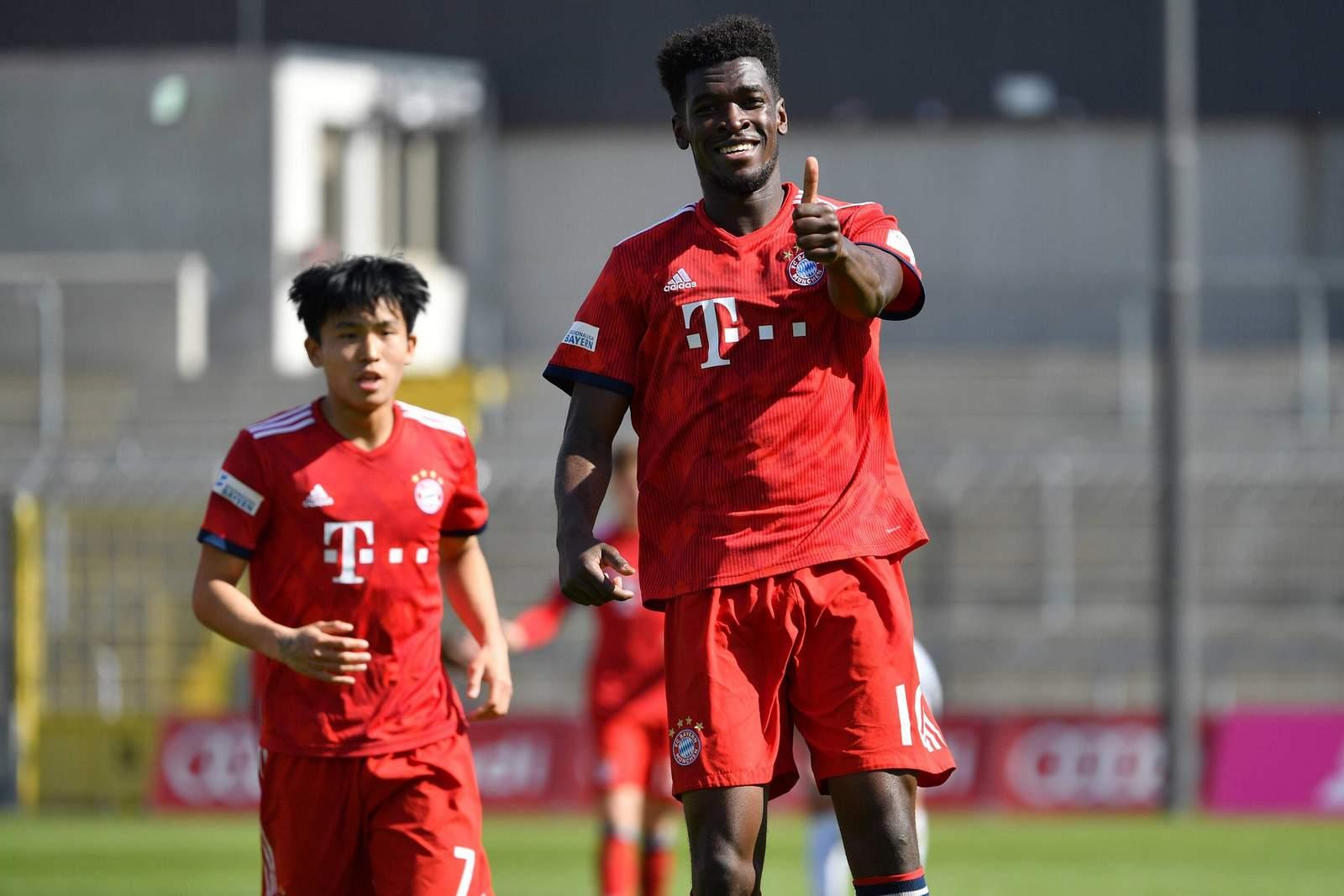 Otschi Wriedt jubelt nach Tor des FC Bayern