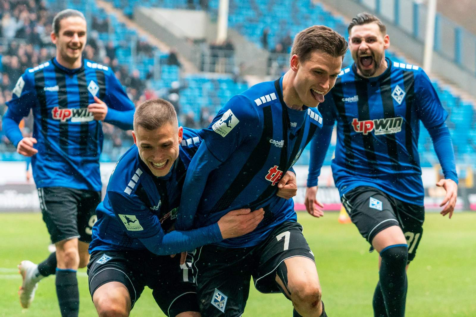 Raffael Korte jubelt nach Tor für Waldhof gegen Saarbrücken