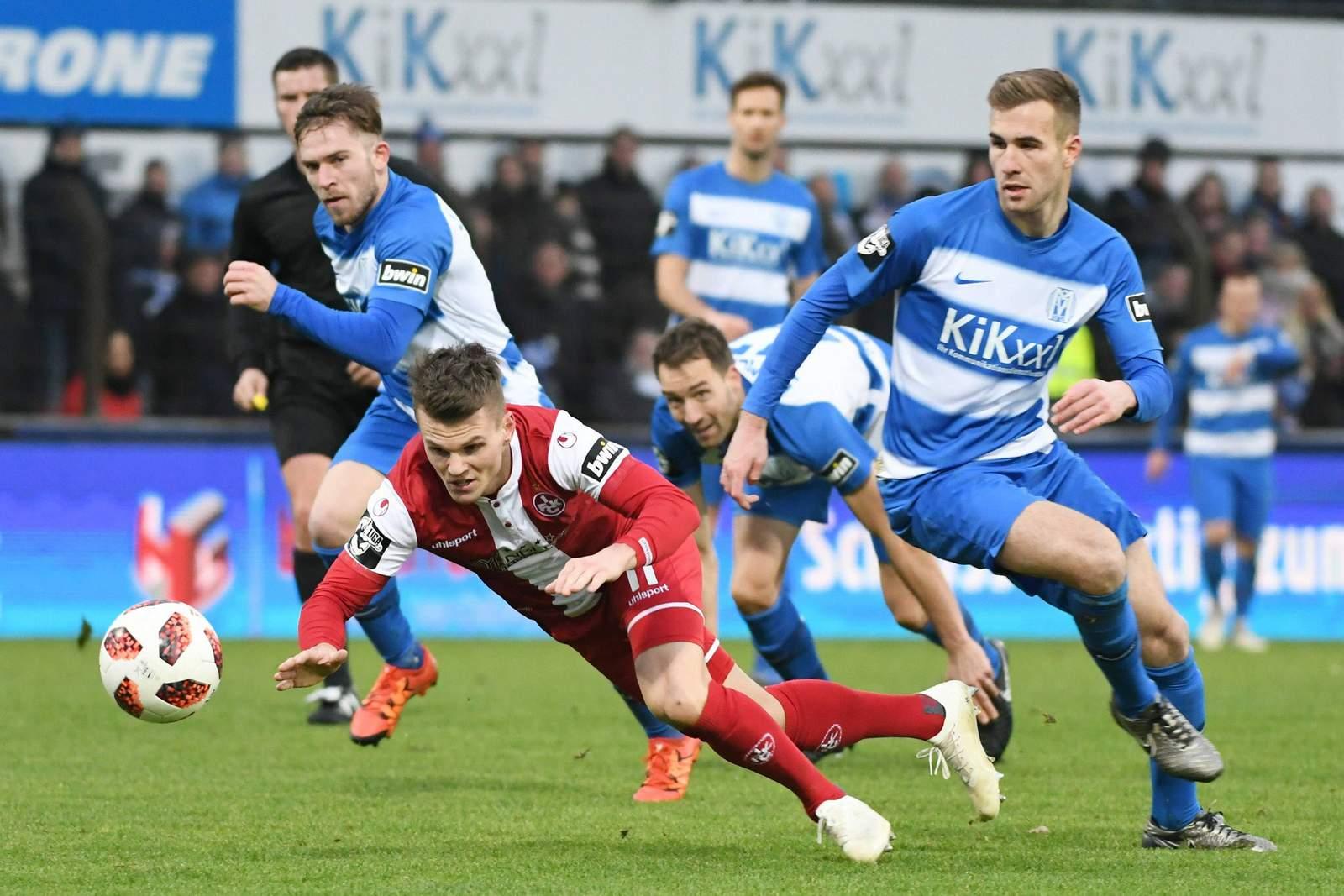 Steffen Puttkammer (r.) foult Florian Pick.