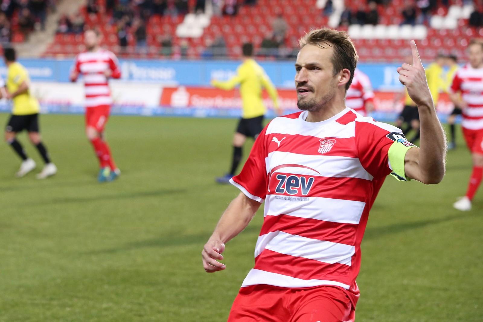 Toni Wachsmuth bejubelt seinen Treffer gegen Uerdingen.