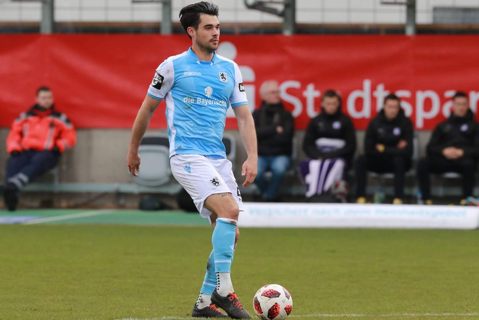 Aaron Berzel am Ball für den TSV 1860 München