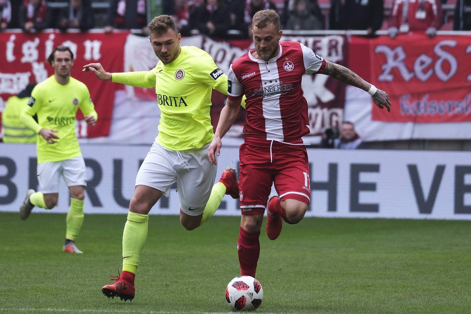 Maximilian Dittgen von Wehen Wiesbaden gegen Christoph Hemlein vom FCK