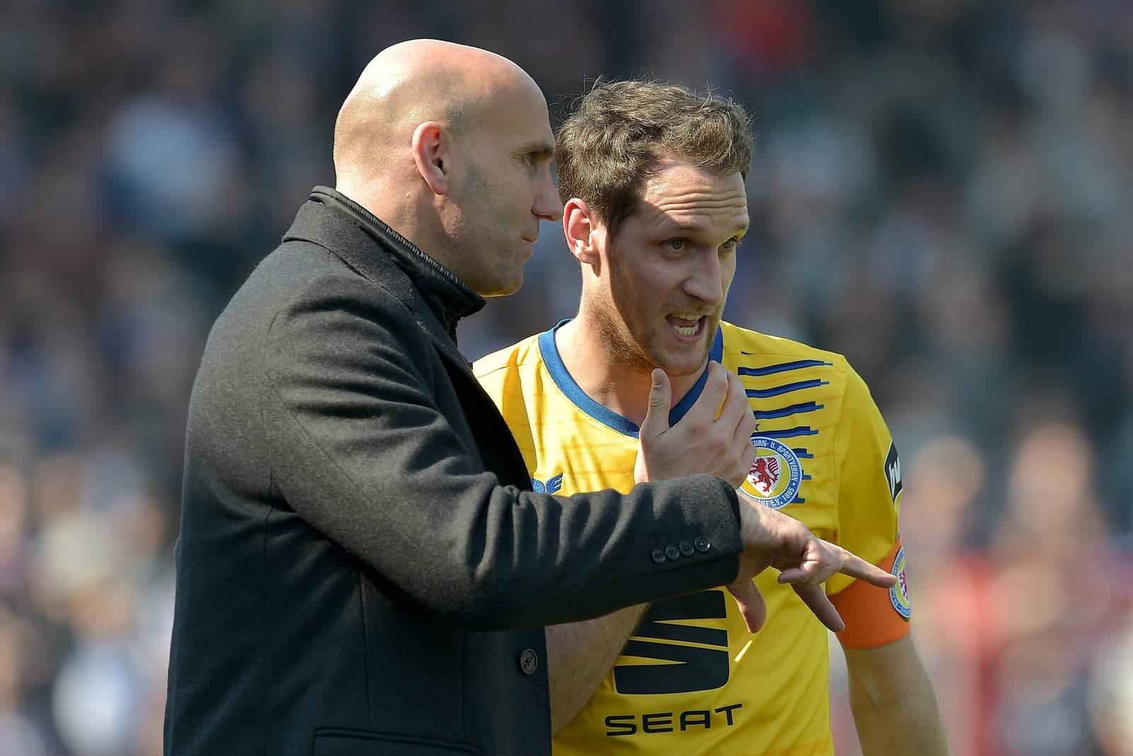 André Schubert gibt seinem Kapitän Stephan Fürstner Anweisungen.