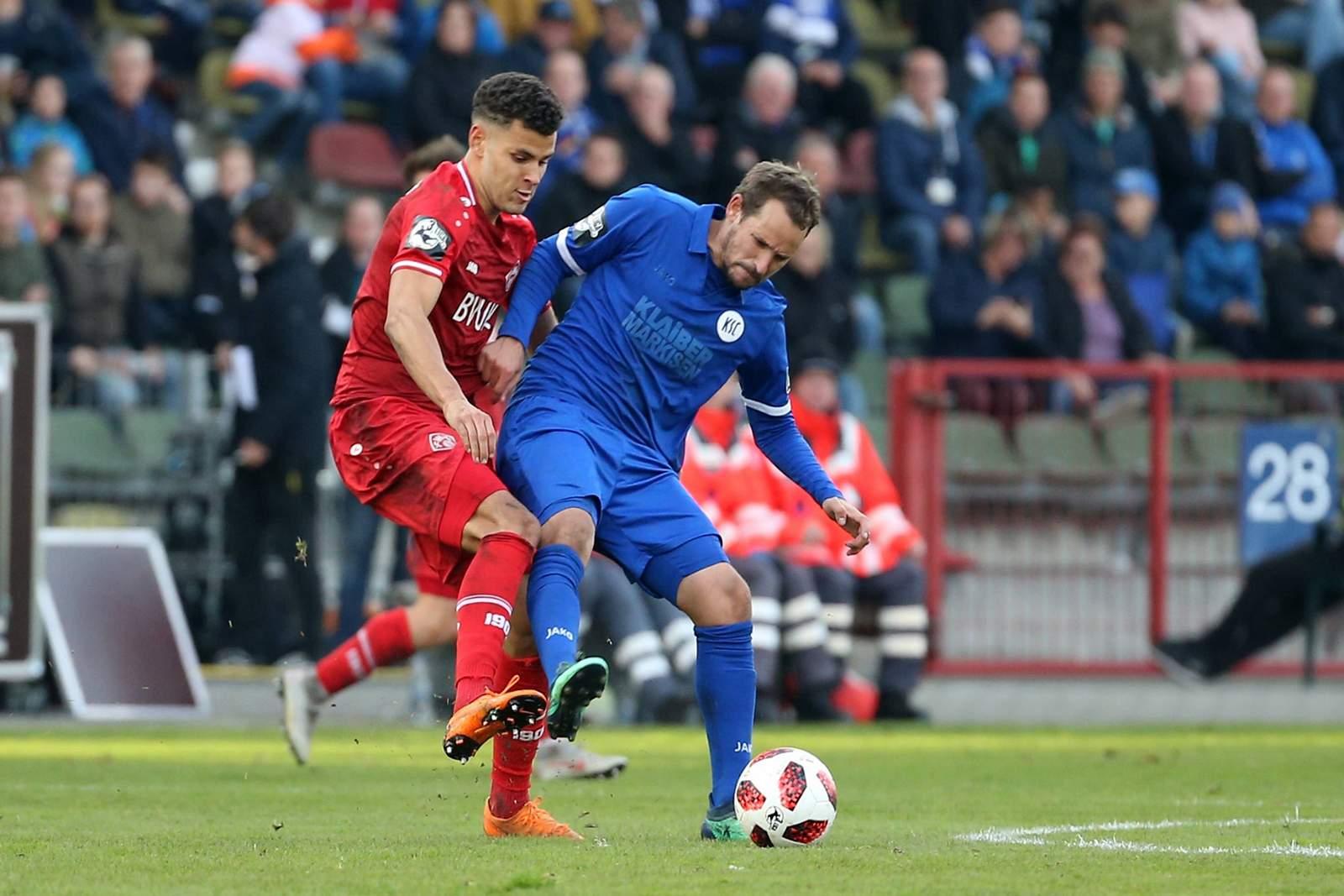 Dave Gnaase von den Würzburger Kickers gegen Anton Fink vom KSC.